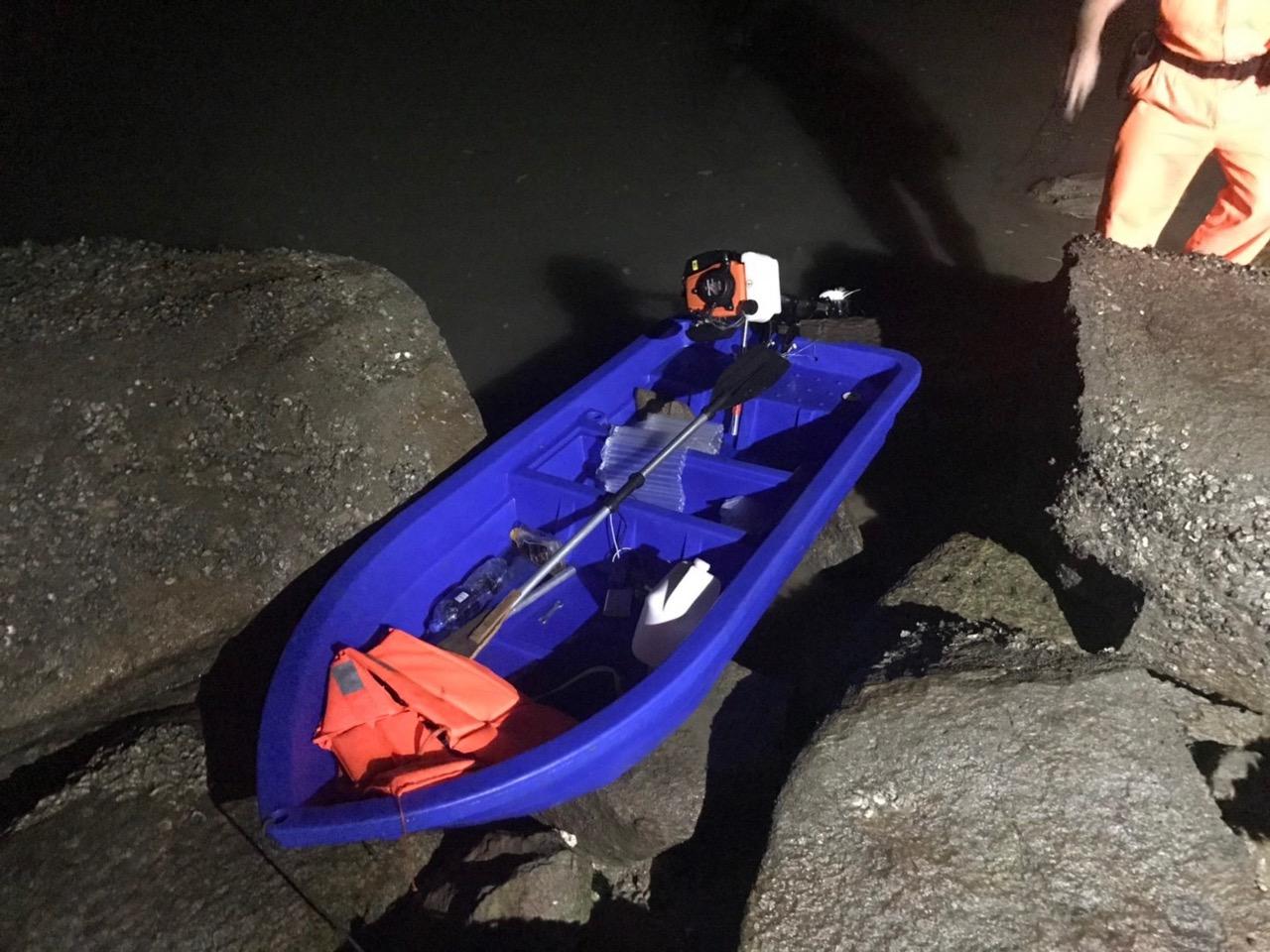 广西陆姓男子称从福建泉州趁夜驾驶这艘塑胶艇花了5小时,抵达金门偷渡上岸。(金马澎分署第九岸巡队提供)