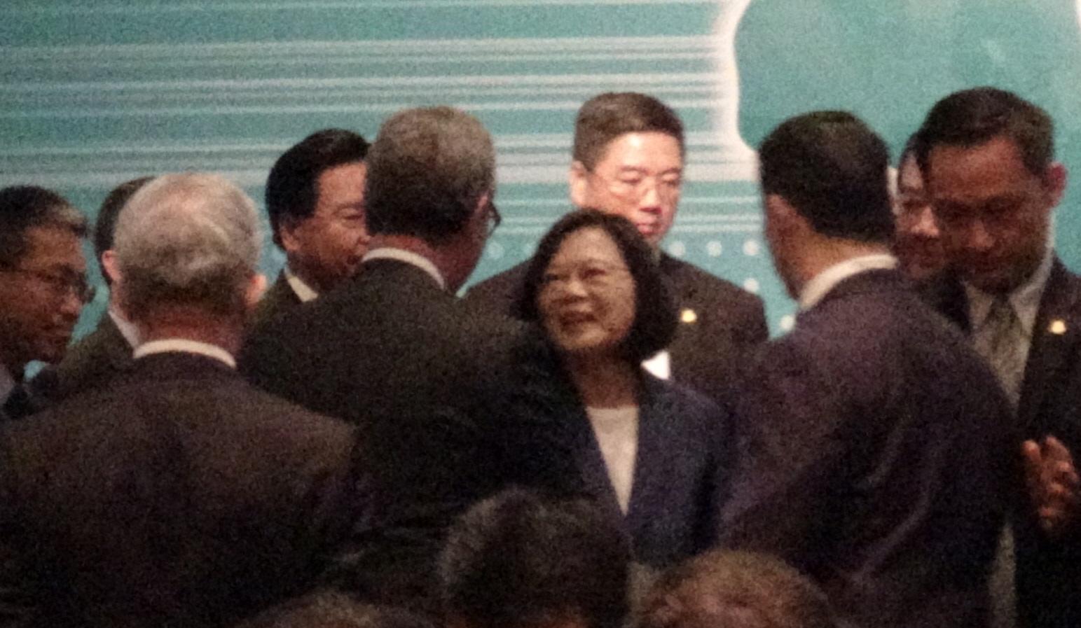 """蔡英文出席""""2019亚太安全对话"""",与前澳大利亚国防部长派恩握手。(记者夏小华摄)"""