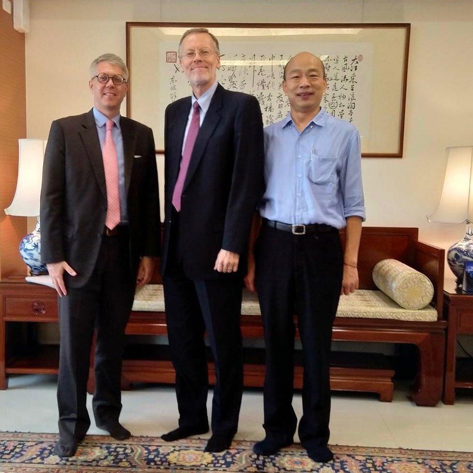 美国在台协会台北处长郦英杰(中)20号拜访国民党总统候选人、高雄市长韩国瑜(右)。(摘自AIT官网)