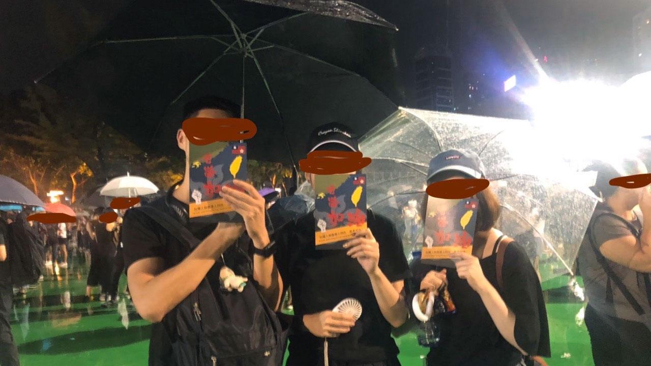 枋寮乡长陈亚麟表示,李孟居曾传给他香港反送中的活动现场照片。(陈亚麟提供)
