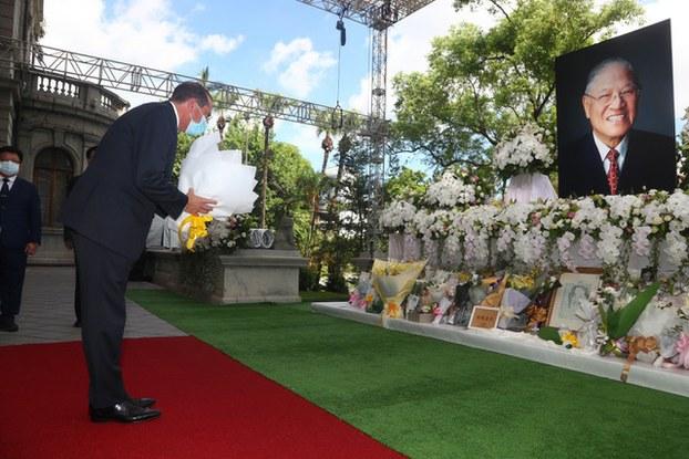美国卫生部长阿扎8月12日离台前赴台北宾馆吊唁台湾前总统李登辉。(图源:中央社提供)