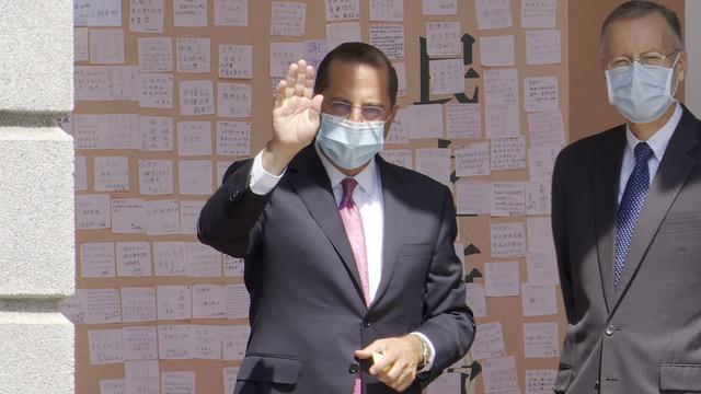 美国卫生部长阿扎(左)8月12日在美国在台协会处长郦英杰陪同下,吊唁李登辉之后留言并向媒体挥手致意。 (RFA资料照、李宗翰摄)
