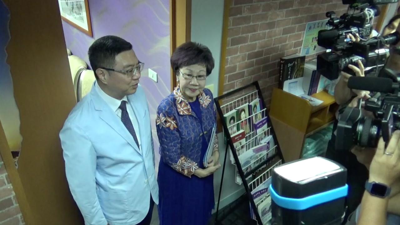 民进党主席卓荣泰18号拜会突袭登记参选的前副总统吕秀莲。(记者夏小华摄)