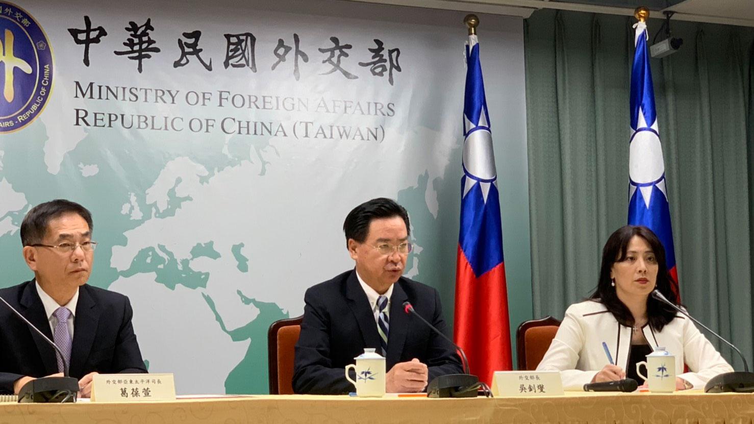 台湾外交部长吴钊燮(中)宣布遭基里巴斯断交。(记者黄春梅摄)