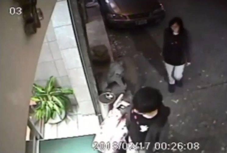 20岁潘晓颖(后)与19岁男友陈同佳(前)2018年2月到台湾游玩,后来遭陈同佳杀害,陈同佳逃回香港。(图取自监视器画面)