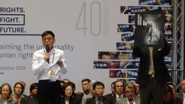 """冤狱16年的""""死刑犯""""徐自强平反获释,在台北登场的国际人权联盟开幕式讲话。(记者夏小华摄)"""
