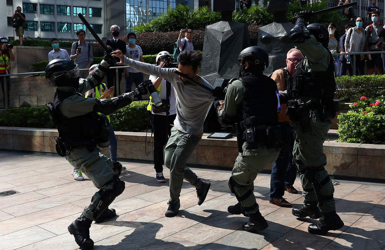 2019年11月13日,香港示威活动中,防暴警察袭击一名抗议者。(路透社)