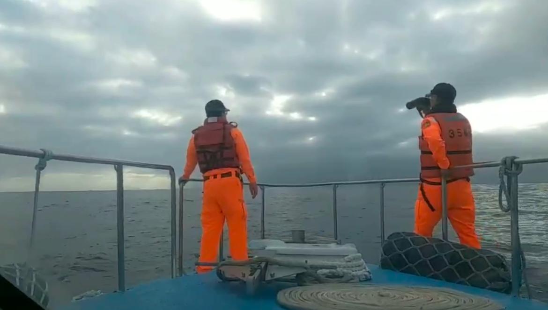 海巡署人员18日协助搜救失联F-16飞官。(记者夏小华摄)