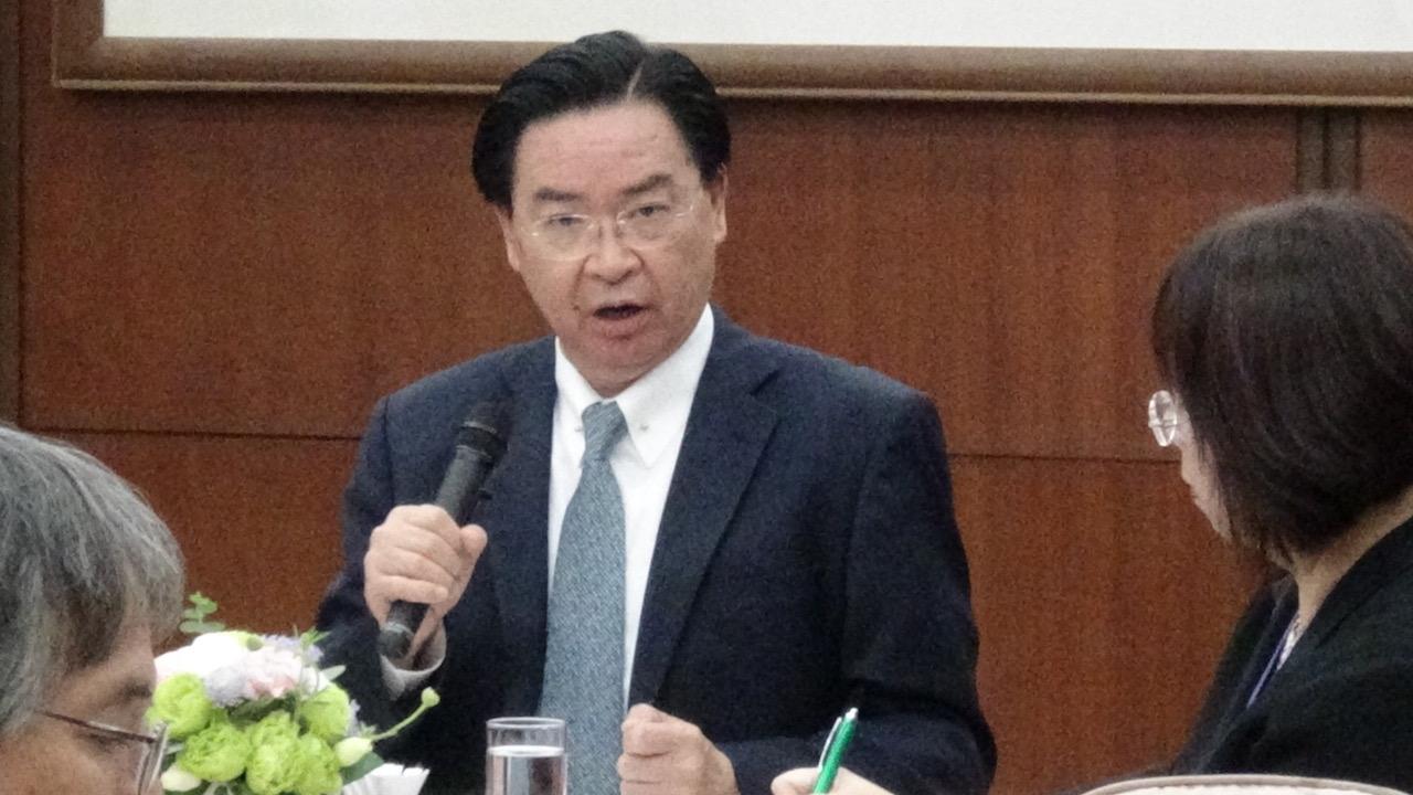 台湾的外交部长吴钊燮22日与外媒茶叙。(记者夏小华摄)