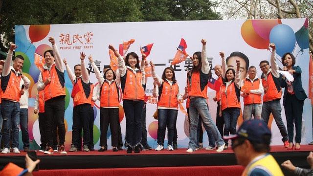 亲民党主席宋楚瑜投入参选总统,有企业家郭台铭子弟兵加入,美女牌尽出吸眼球。(亲民党脸书)