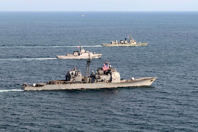 资料图片:2018年10月22日与柯蒂斯魏柏号导弹驱逐舰穿越台湾海峡的美国安提坦号导弹巡洋舰(美国海军网站截图)