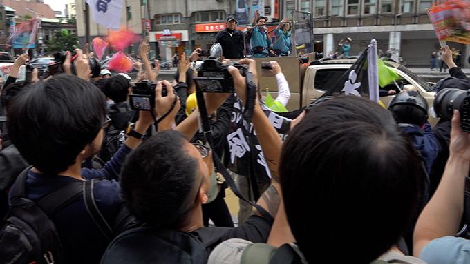 香港人在台北街头向蔡英文车队表示支持(记者陈明忠摄)