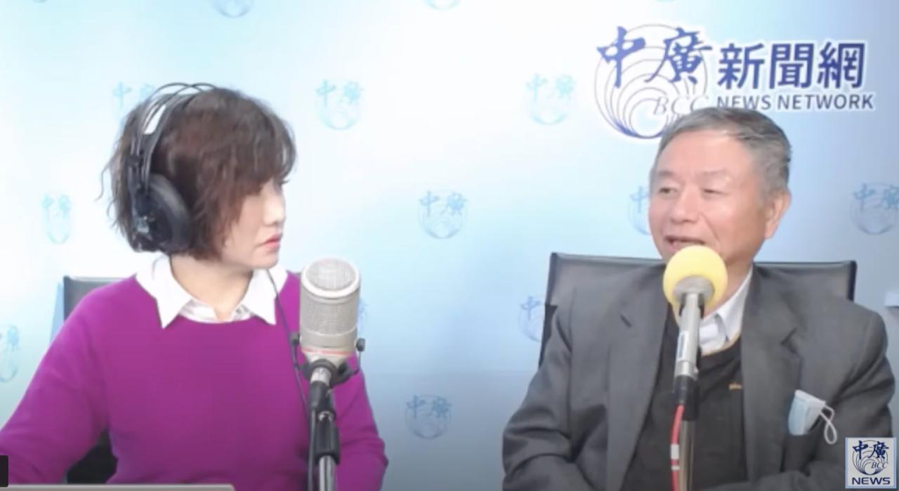 前卫生署长杨志良(右)二十日上中广节目表示被责难愿作乌鸦示警。(中广脸书截图)