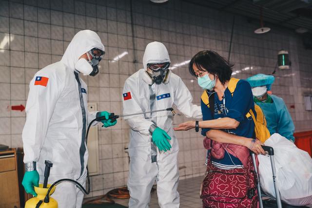 国军化学兵着防护衣进驻桃园医院消毒。(国防部提供)
