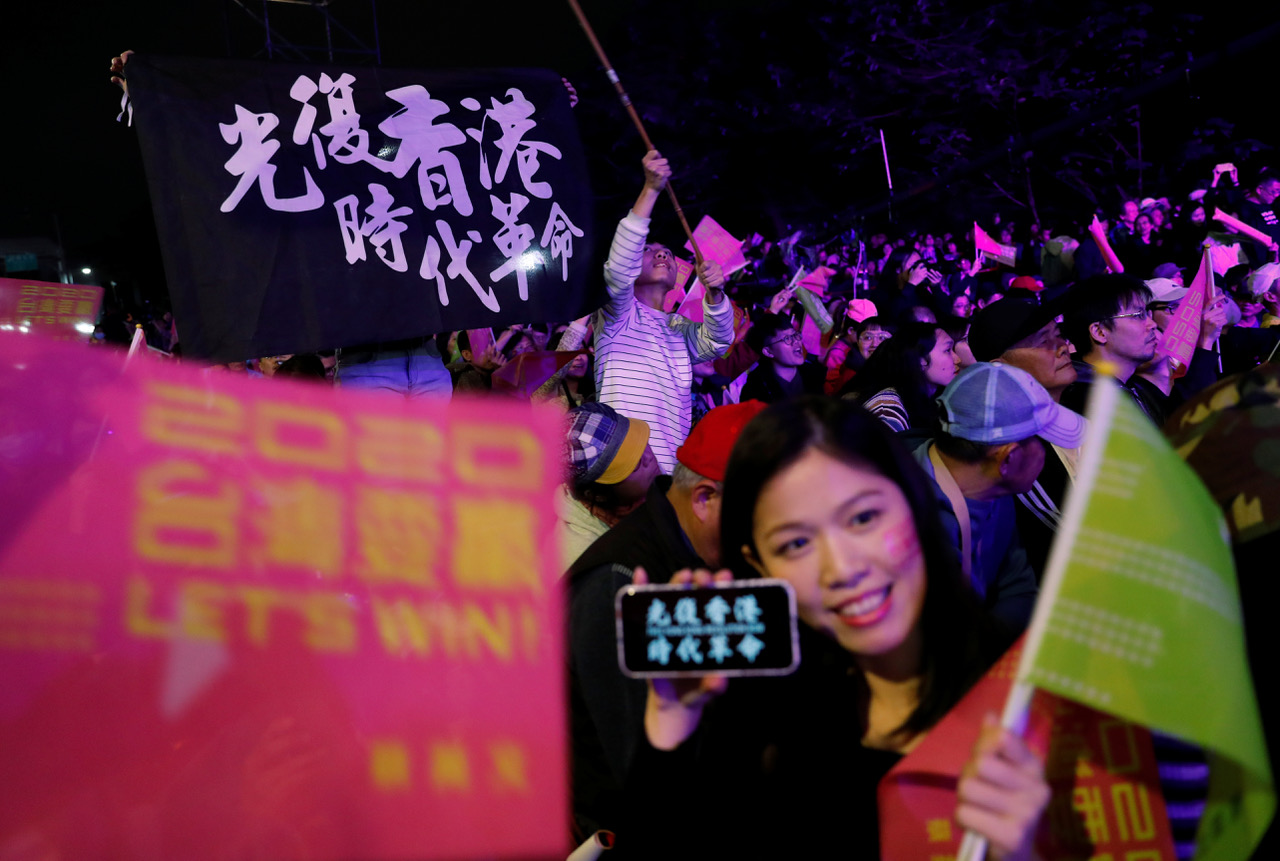 2020年1月台湾大选前蔡英文造势场合,许多来自香港和台湾的支持者高举光复香港黑旗。(路透)