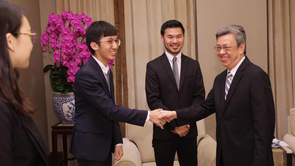 李柏锦(左二)感谢副总统陈建仁(右一)为他写推荐信。(李柏锦提供)