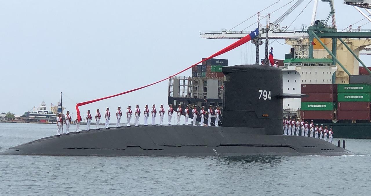 2019年5月9日蔡英文总统赴高雄出席台湾首艘自造潜舰厂房动土典礼。海虎军舰向蔡英文总统致敬。(资料照、记者夏小华摄)