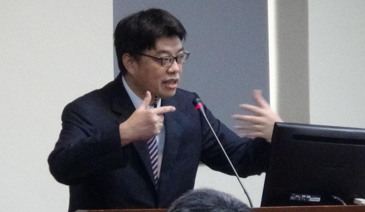 陆委会发言人邱垂正25号在立法院备询质疑韩国瑜密会香港中联办,透露为一国两制背书的错误讯号。(记者夏小华摄)