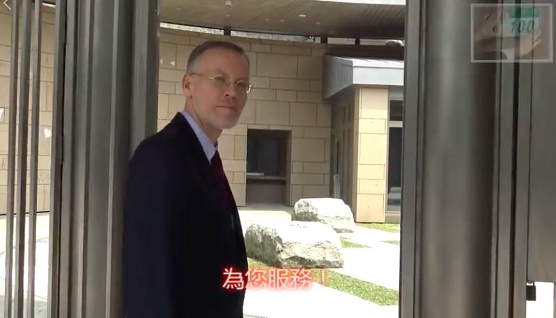AIT台北办事处处长郦英杰为台北办事处预告五月搬迁新馆拍影片。(截自AIT视频)