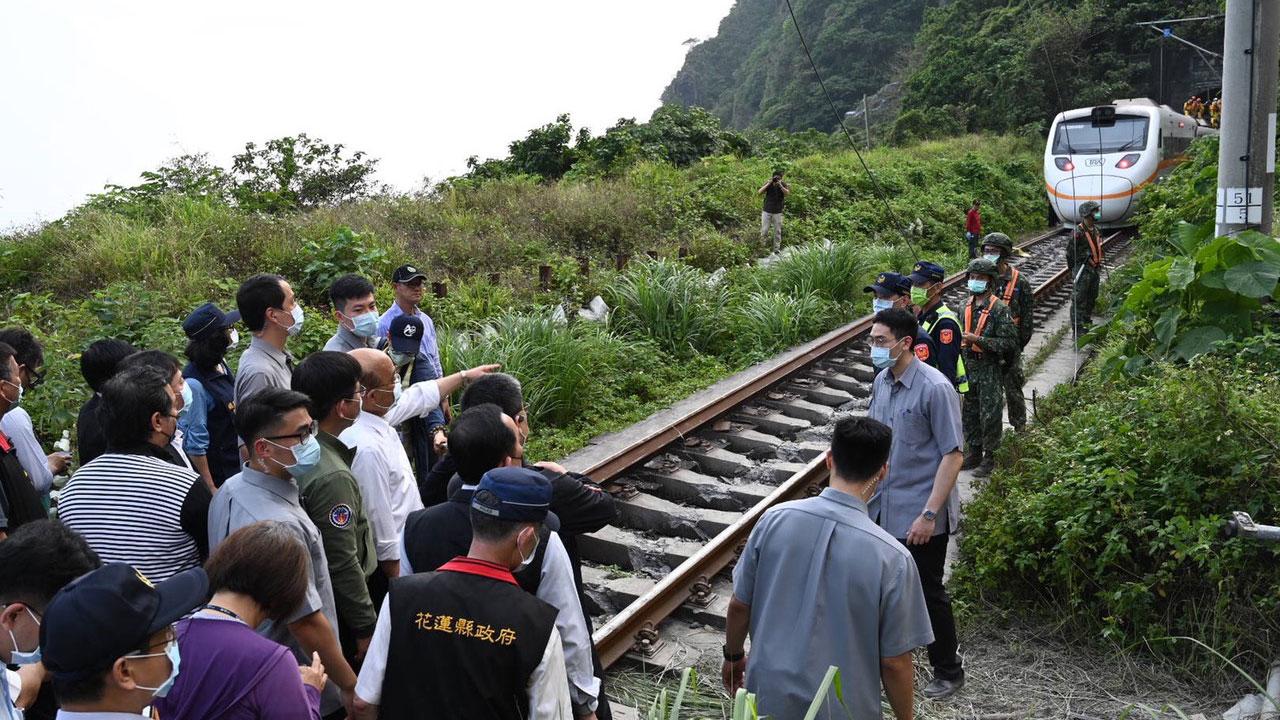 台湾铁路太鲁阁列车2日在花莲路段发生50死重大事故。(行政院提供)
