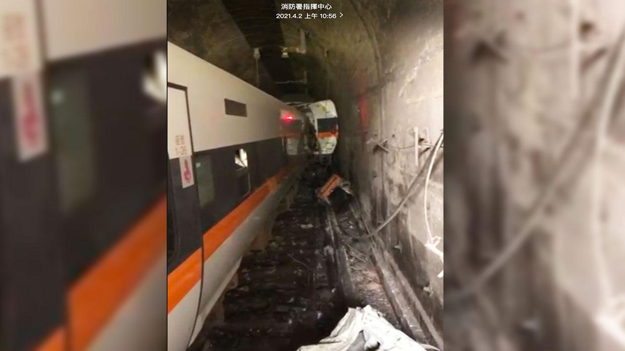 台湾铁路太鲁阁列车2日在花莲路段发生50死重大事故。(消防署指挥中心提供)