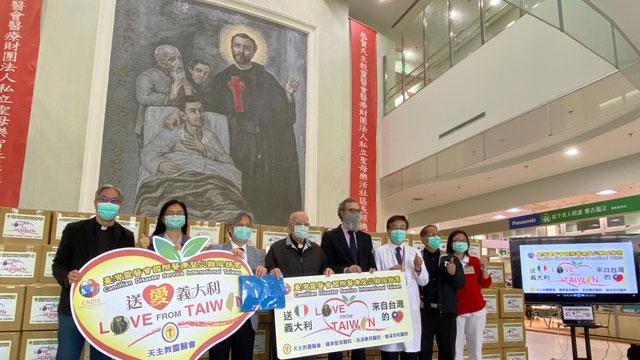 台湾民间捐赠1700多公斤防疫物资给意大利灵医会,吕若瑟神父(左四)22日召开记者会谢谢台湾,意大利驻台代表纪大为(右四)代收。(罗东圣母医院提供)
