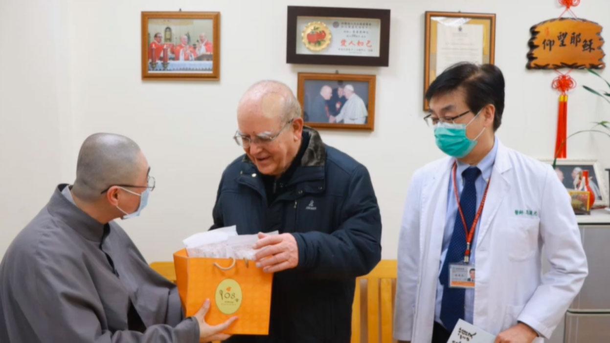 有佛教徒捐防疫物资给天主教灵医会,爱不分宗教。(罗东圣母医院提供)