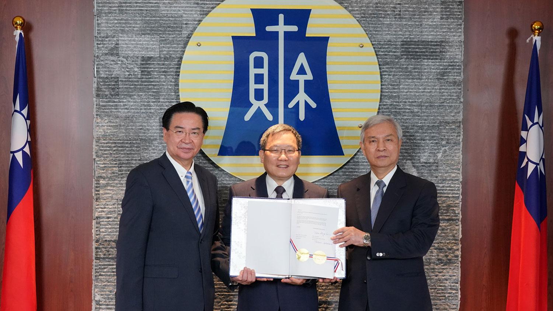 台湾与中美洲银行(CABEI)视讯签署协定,台湾外交部长吴钊燮(左1)、财政部长苏建荣(左2)、中央银行总裁杨金龙(左3)。(财政部提供)