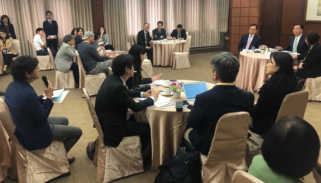 在台湾,外交部长吴钊燮10号与外媒茶叙说明台湾无法参加世界卫生大会等外交困境。(记者夏小华摄)