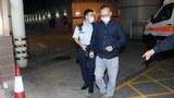 """發起衆籌支援在臺示威者的香港網臺主持""""傑斯""""去年十一月因涉嫌資助他人分裂國家等罪名被捕。圖爲,傑斯遭警鐵鏈鎖手纏腰如押重犯。(網絡圖片)"""