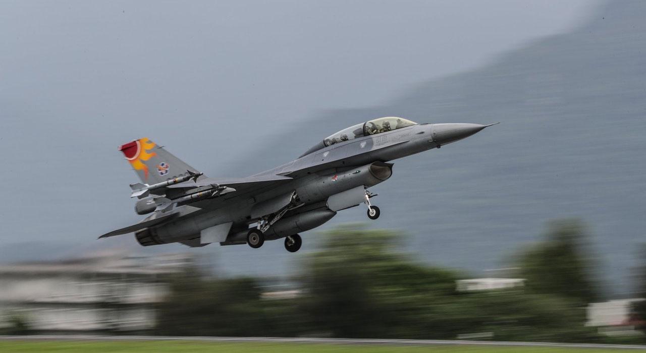 在台湾,国防部22号于东部海域,执行海空联合操演。(国防部提供)