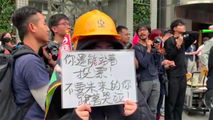 蔡英文一月大选前夕车队扫街,有上百位自香港赴台和在台港人在路上向她加油表达支持。(资料照、记者夏小华摄)