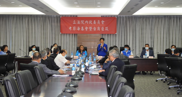 海基会董事长张小月主持台商座谈。(海基会提供)