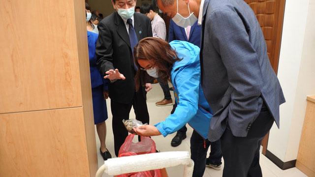 国民党立委陈玉珍发现海基会办公室有一箱鲜蚵,一问之下才知是海基会人员跟养蚵维生的陆配所采购。(海基会提供)