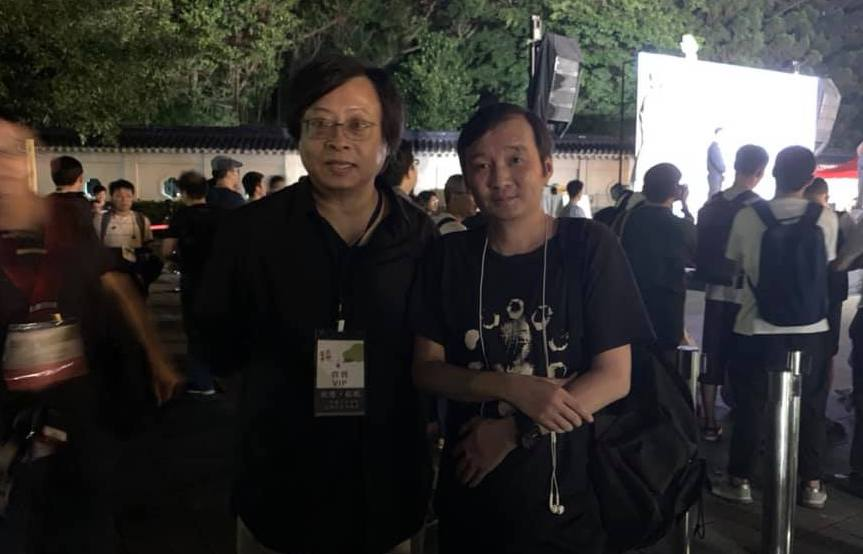 台湾学者曾建元(左)为龚与剑担任在台保证人,图为两人在今年六四三十周年台北纪念会的合照。(摘自龚与剑脸书)