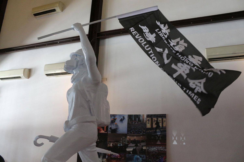 """穿石 Surmount / 香港骚动年代—抗志,6月20日起在台北剥皮寮历史街区展出。图为""""民主女神像""""。(香港边城青年脸书)"""