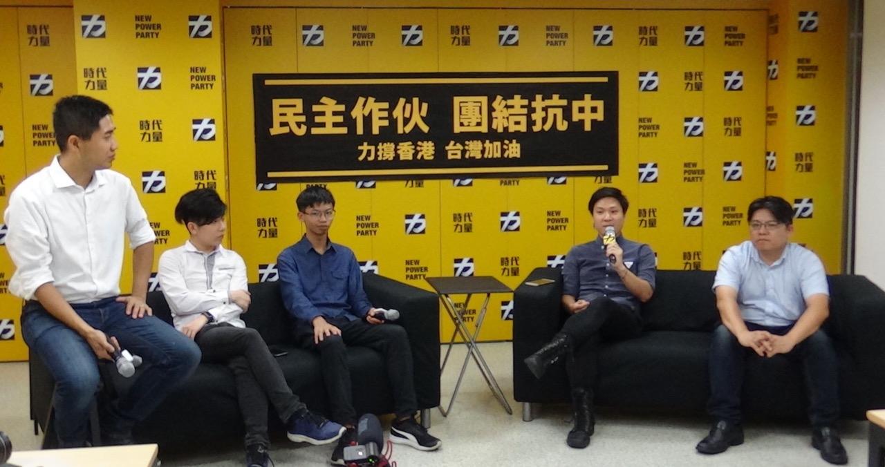时代力量党主席邱显智(右一)、港青陈家驹(右二)、钟翰林(中)、吕俊贤(左二),19号在台北时代力量党部对谈。(记者夏小华摄)