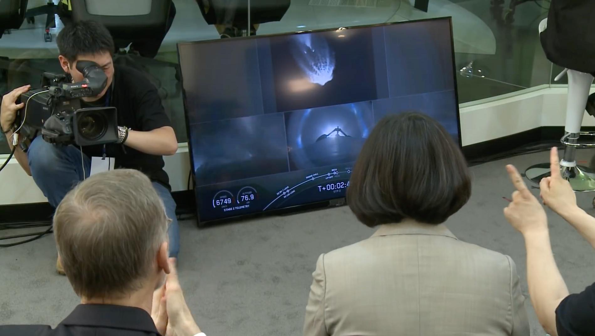 蔡英文总统与美国在台协会处长郦英杰在新竹太空中心观看福卫七号升空转播。(总统府视频截图)