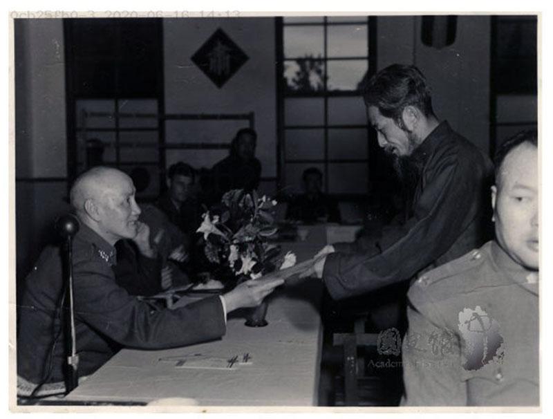 图为1950年蒋中正总统接见花莲县首任民选县长杨仲鲸(民社党籍)(国史馆提供,马英九脸书)