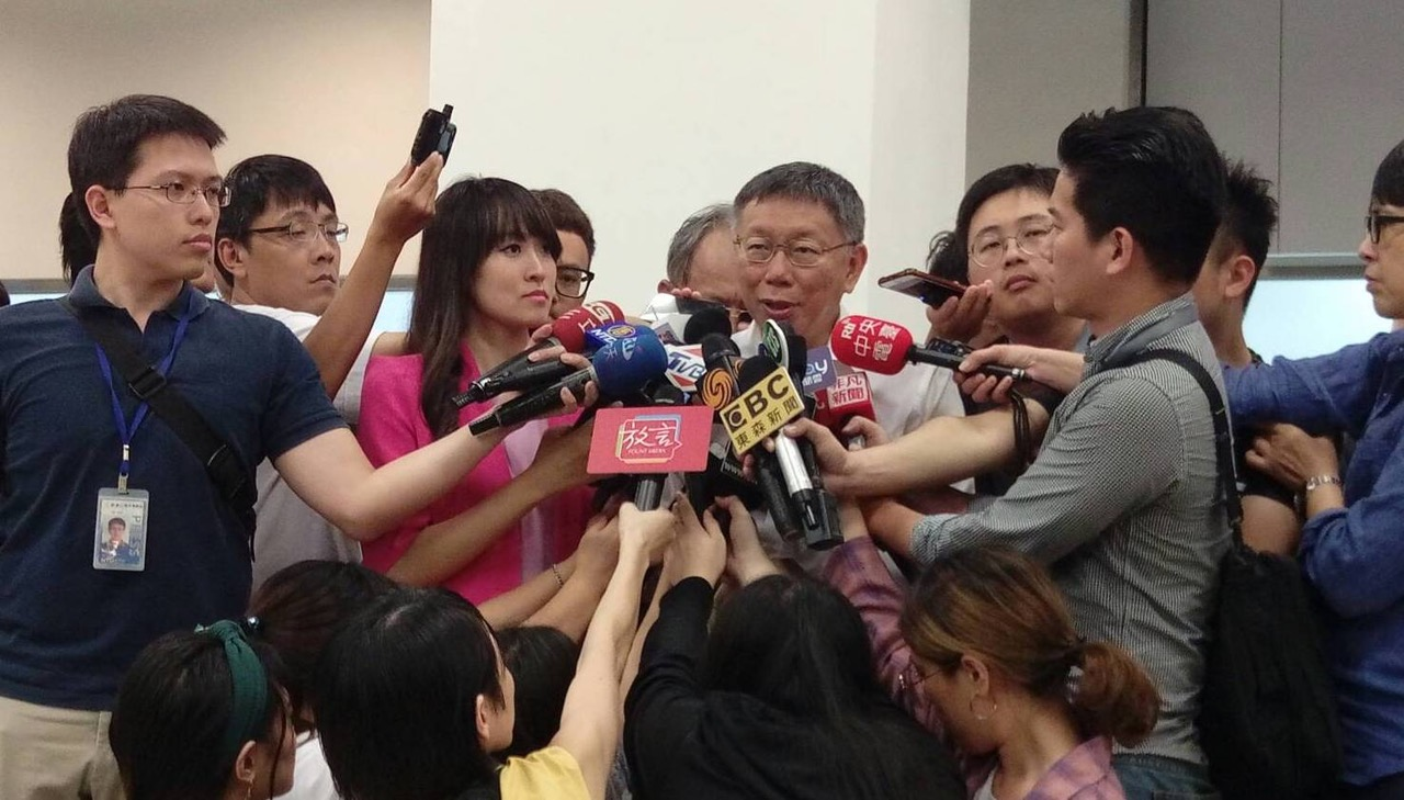 柯文哲5日晚间返抵台北在机场受访解释开直播是误会。(台北市政府提供)