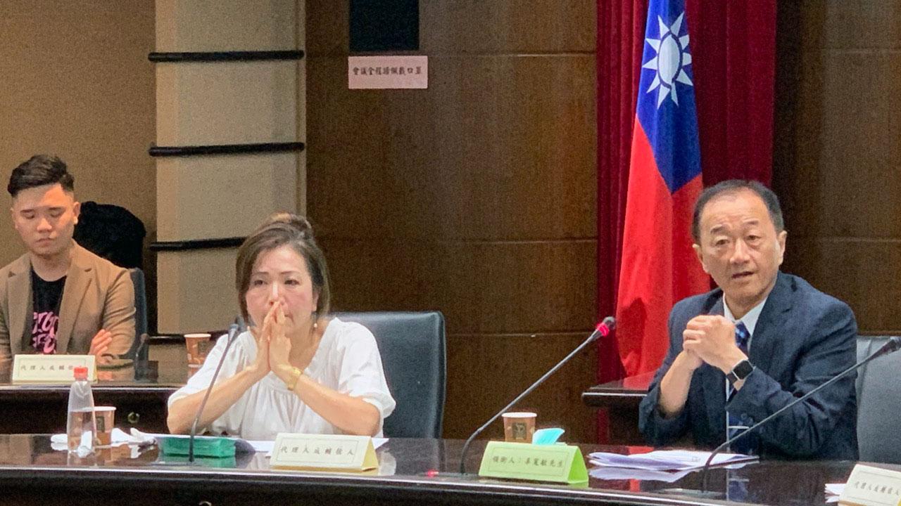 台湾制宪基金会董事长王美琇(左)、执行长林宜正(右)代表推动制宪公投领衔人辜宽敏,出度14日中选会公听会。(记者夏小华摄)