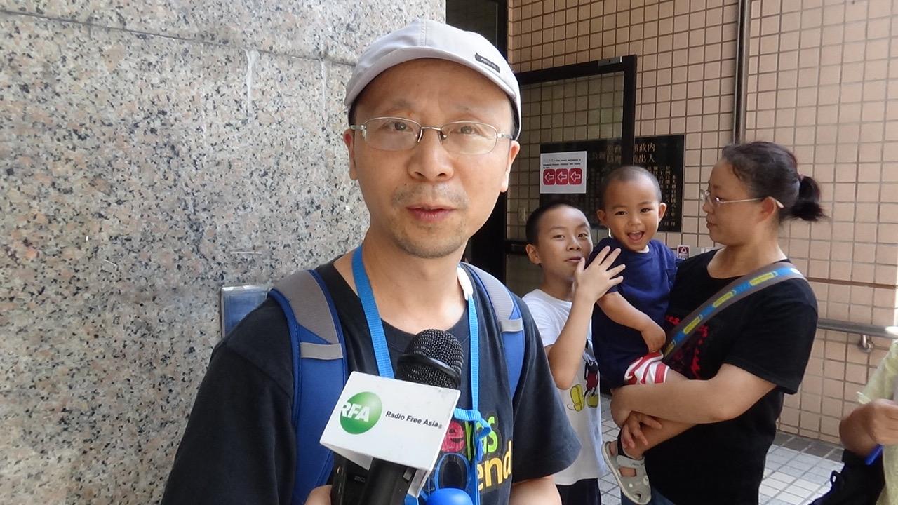 秋雨教会基督徒廖强受访说明向台湾移民署递件的诉求。(记者夏小华摄)
