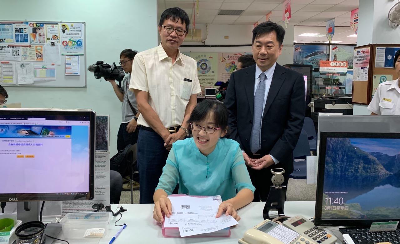 老家在辽宁、2006年嫁到台湾的宁家荣,1日到移民署台南服务站申请亲属赴台。(移民署提供)