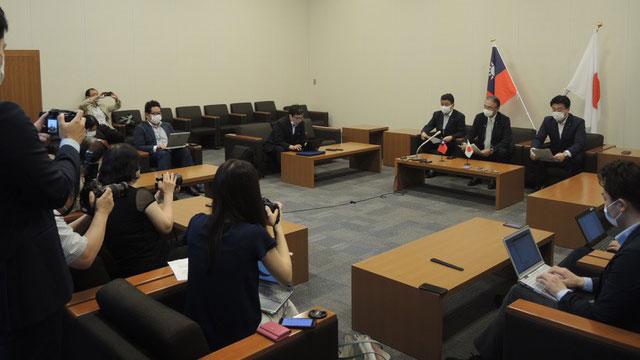 日本首相安倍晋三胞弟众议员岸信夫(左一)、自由民主党众议员古屋圭司(中)7日在记者会上说明九日将赴台吊唁李登辉。(古屋圭司推特)