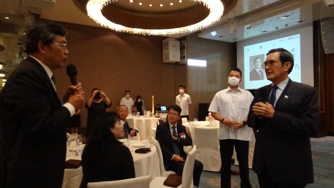 东南扶轮社第三分区副助理总监王仲宇(左)提问马英九(右)关于中国大陆人权和自由民主问题的看法。(记者夏小华摄)