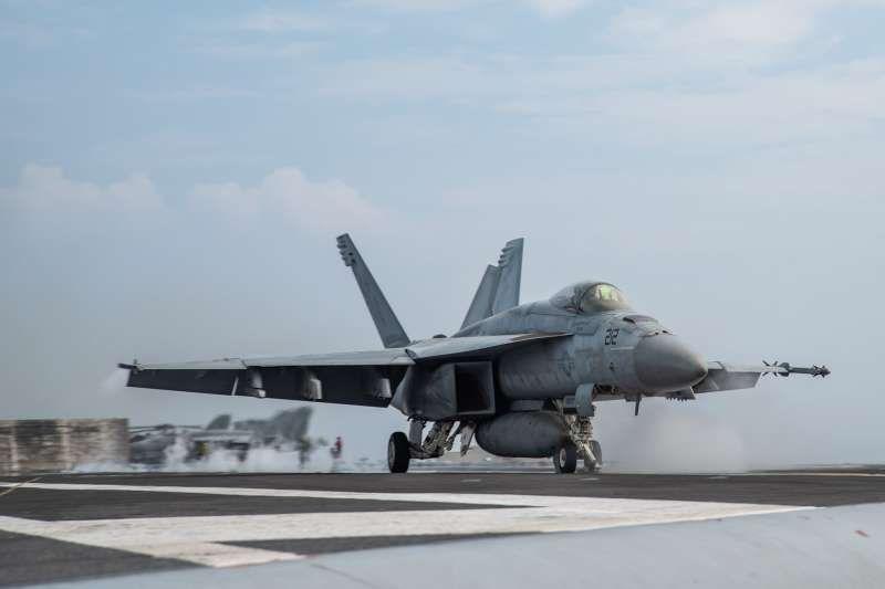 美军里根号航空母舰(CVN-76)甲板上的F/A-18超级大黄蜂。(里根号脸书)
