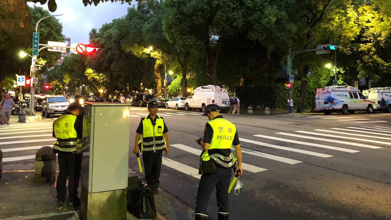 黄之锋等三名港青在台北的论坛,警方不敢大意,出动数十名警力确保3人安全。(记者夏小华摄)