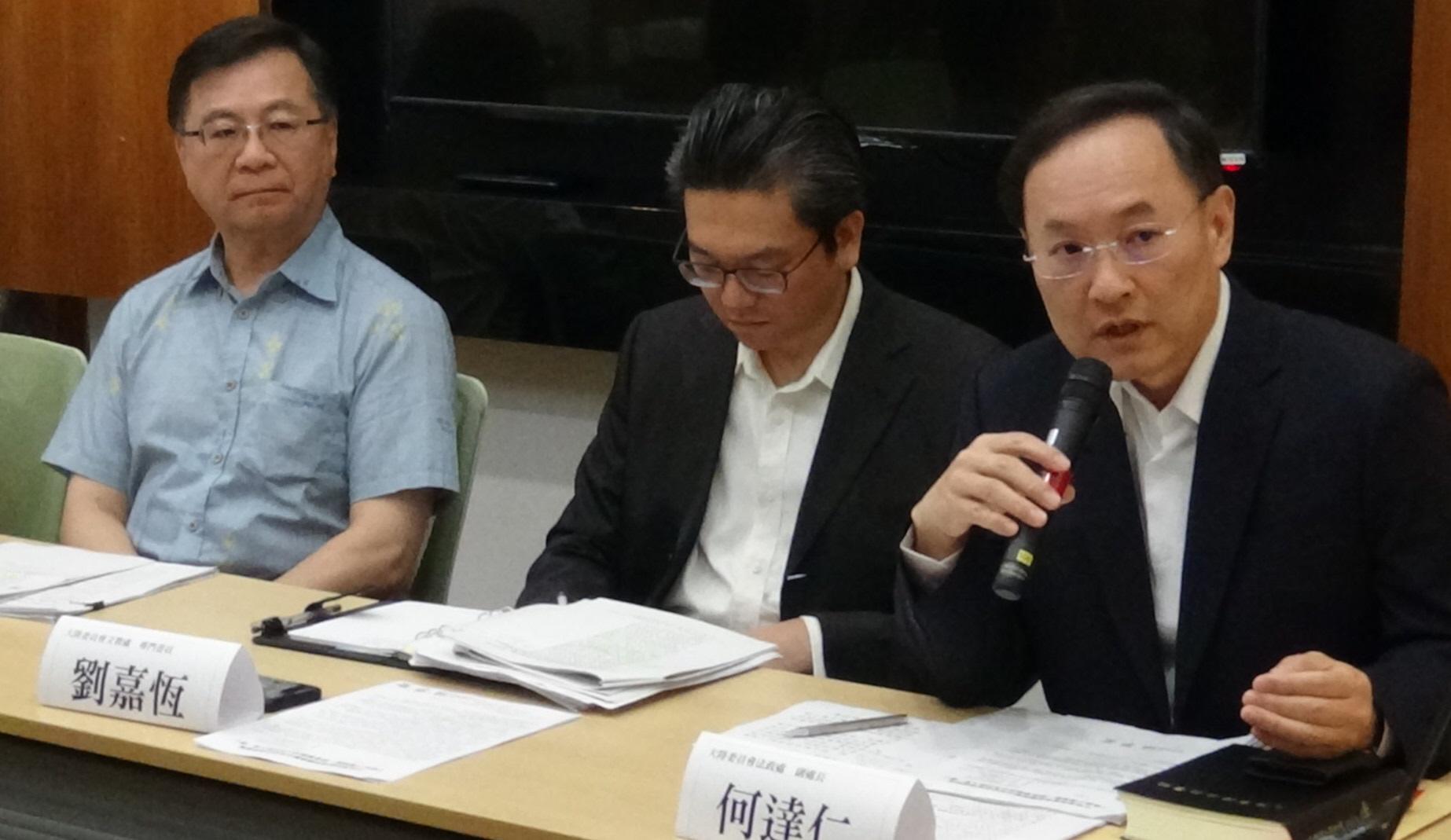 陆委会和教育部官员列席答覆国民党立委质疑台湾学者赴陆任教相关规定。(记者夏小华摄)