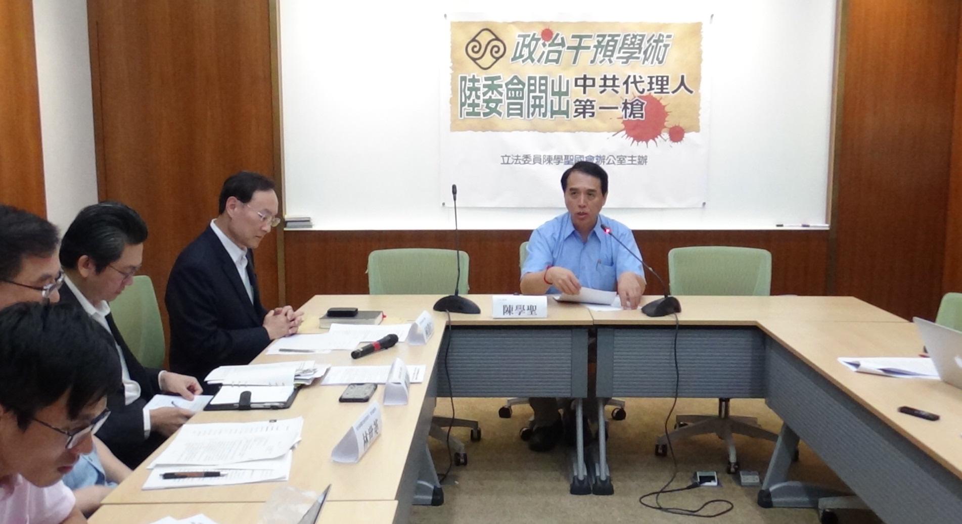 国民党立委陈学圣(右)质疑教育部和陆委会,对台湾学者赴陆任教及在台兼职相关规定,认定不一。(记者夏小华摄)