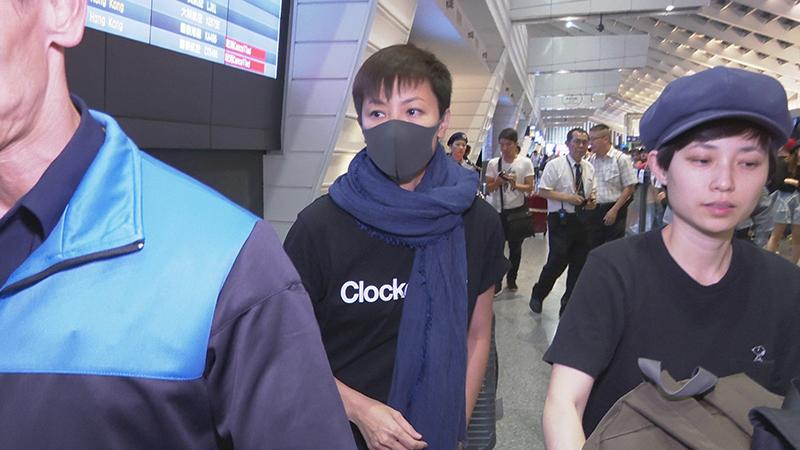 何韵诗(中)抵达台湾桃园机场,受到当地政府高规格维安。(记者李宗翰摄)